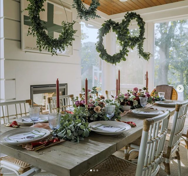 Juliska-metallic-table-setting-holiday-Capucine-Gooding-holiday-entertaining-wreaths